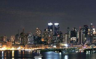 La nuit tombe sur l'île de Manhattan à New York, en 2007