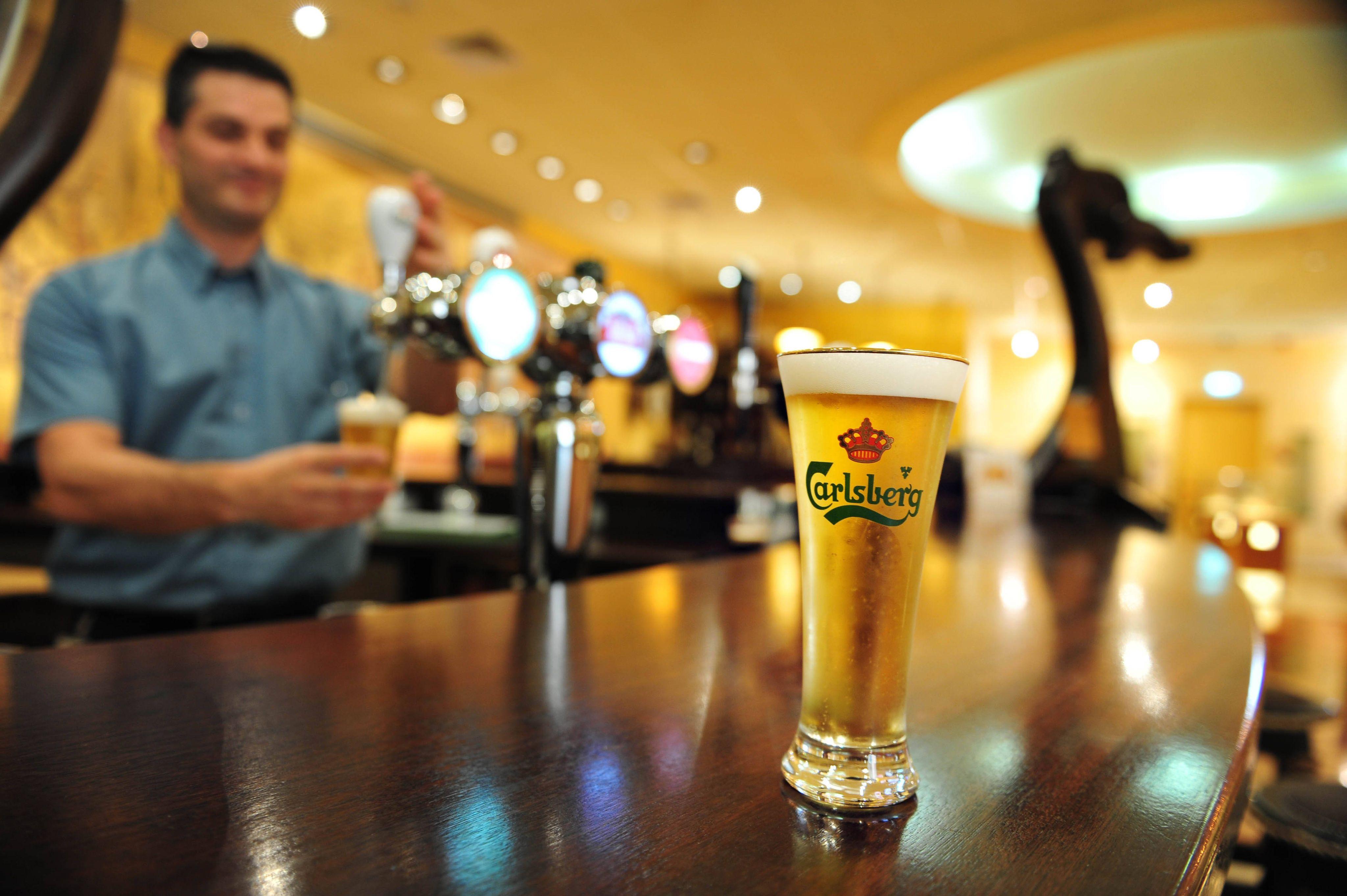648x415 illustration d un barman