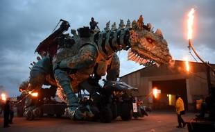 Le dragon a débarqué jeudi matin dans les rues de Calais