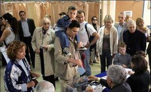 Le taux de participation pour le second tour de la présidentielle à Paris atteignait 29,25% à midi, soit plus de deux points de plus que pour le second tour de la présidentielle en 2002, a annoncé dimanche la préfecture de Paris.