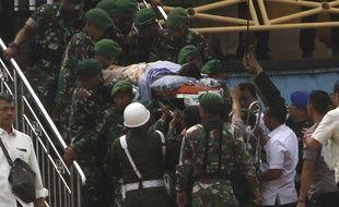 Le ministre indonésien de la Sécurité, évacué en hélicoptère après avoir été la cible d'une attaque terroriste au couteau.