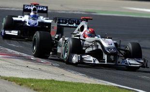 Michael Schumacher a longtemps bloqué Rubens Barrichello (au second plan) au Grand Prix de Hongrie, le 1er août 2010