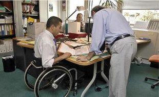 La présence d'un salarié handicapé aurait une influence bénéfique sur ses collègues.
