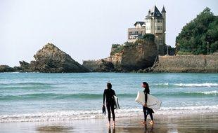 Illustration de surfeurs à Biarritz.