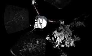 Image distribuée par l'Agence spatiale européenne le 13 novembre 2014, montrant une vue à 360 degrés de la comète Tchouri au moment de l'atterrissage de Philae le 12 novembre