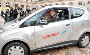 Alain Juppé au volant de l'Autolib de Bolloré, le 26 février 2013
