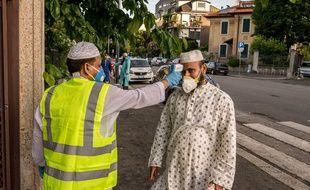 Un fidèle venu prier pour l'Aid El-Fitr dans une mosquée à Milan en Italie.