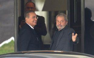 L'ex-président brésilien Luiz Inacio Lula da Silva (D) et le président du Sénat Renan Calheiros, le 26 avril 2016 à Brasilia