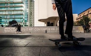 Un skateur sur la place Macba à Barcelone, en Espagne (illustration).