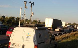 Illustration d'un camion d'Air Breizh mesurant la pollution de l'air, ici au bord de la rocade de Rennes.