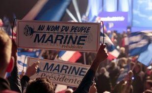 Des soutiens de Marine Le Pen au meeting de la candidate à la présidentielle, le 17 avril 2017 à Paris.