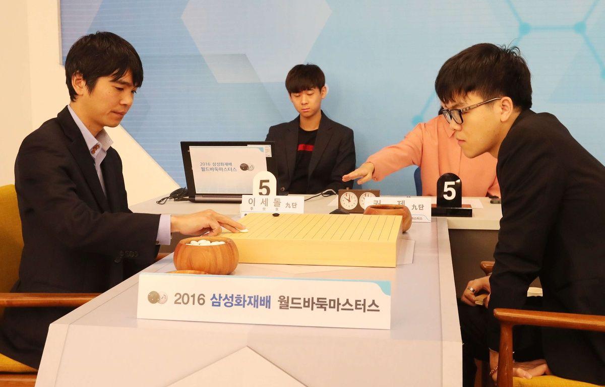 Les champions de jeu de go Lee Se-Dol et Ke Jie en octobre 2016 à Séoul (Corée du Sud).    – Yonhap News/NEWSCOM/SIPA