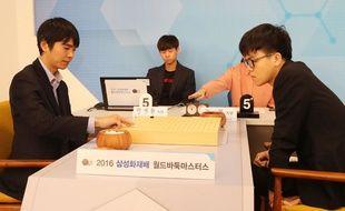 Les champions de jeu de go Lee Se-Dol et Ke Jie en octobre 2016 à Séoul (Corée du Sud).