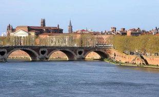 Photo du 2 avril 2011 montrant la ville de Toulouse, les rives de la Garonne, le pont neuf, la cathédrale Saint-Sernin (d) et l'église des Jacobins (c)