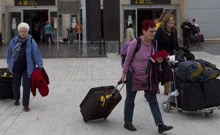 Des touristes trainent leurs valises à leur arrivée à l'aéroport de Tenerife, aux Canaries, le 9 février 2011.