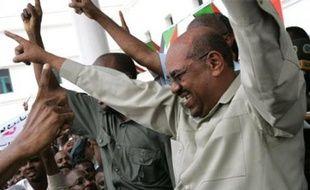 """Samedi, le Soudan a annoncé avoir demandé la tenue d'une réunion extraordinaire de la Ligue arabe. Il a par ailleurs convoqué les ambassadeurs en poste à Khartoum, leur indiquant qu'il assurerait la protection des étrangers, mais qu'il répondrait """"politiquement"""" à toute accusation venant de la CPI."""