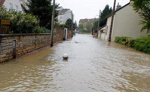 Des inondations a Dijon suite a la montee de la riviere Ouche, le 4 mai 2013. Une rue inondee du centre-ville de Dijon.