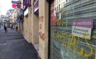 Une vitrine brisée, samedi, lors de la manifestation anti-Macron à Montpellier.
