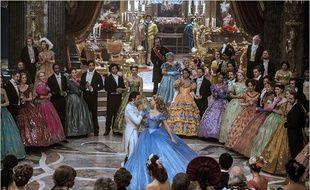Lilly James et Richard Madden dans Cendrillon