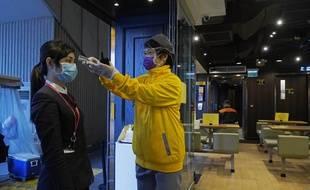 A Hong Kong, les tests de température à l'entrée des restaurants ne sont pas rares. Si les mesures de distanciation sociale sont respectées, la mégalopole n'a pas imposé des mesures de confinement total.
