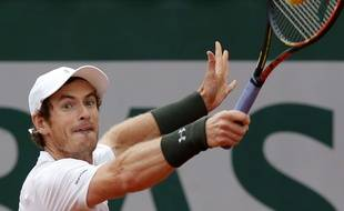 Andy Murray a fort à faire face à John Isner en 8e de finale de Roland Garros, le 29 mai 2016.