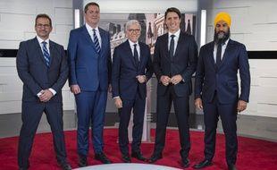 Yves-François Blanchet (chef du Bloc québécois, indépendantiste), Andrew Sheer (chef du Parti conservateur, droite), Pierre Bruneau (modérateur), Justin Trudeau (chef du Parti libéral, centre gauche), Jagmeet Singh (chef du NPD, gauche).