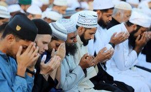 Des hommes en train de prier à Saint-Denis de la Réunion (image d'illustration).