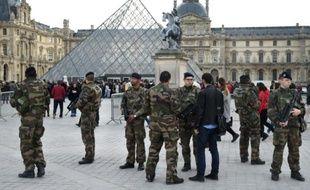 Des militaires en armes devant la pyramide du musée du Louvre à Paris, le 16 novembre 2015