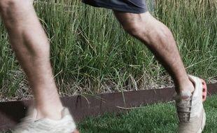 Un homme faisant un jogging (illustration)
