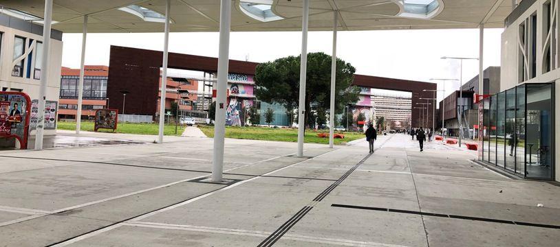 Les allées désertes de l'Université Toulouse Jean-Jaurès, le campus installé au coeur du Mirail .