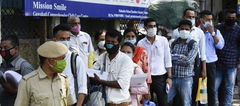 Des demandeurs d'emploi devant le Mahendra Mohan Choudhury Hospital (MMCH) de Guwahati, au nord-est de l'Inde, le 2 juin 2020.