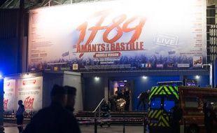 Un blessé évacué par les secours au Palais des Sports, à Paris, le 8 novembre 2013.