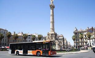 Un bus aux couleurs de la nouvelle marque d'Aix-Marseille Metropole « La metropole mobilité ».