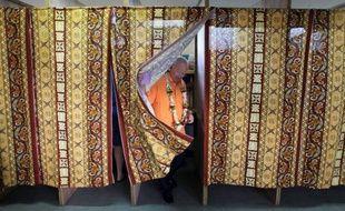 La campagne des élections territoriales polynésiennes s'est durcie, mardi à Tahiti, deux jours après le premier tour, où le sénateur Gaston Flosse a largement distancé son adversaire historique, le président sortant Oscar Temaru.