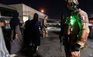 Des militaires français à l'aéroport de Kaboul, le 24 août 2021.