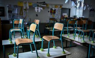 Une salle de classe vide dans une école à Paris (illustration).