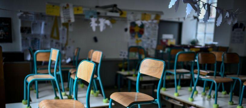 Une salle de classe vide dans une école (illustration).