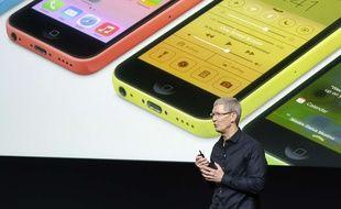 Le patron d'Apple, Tim Cook, présente l'iPhone 5C.