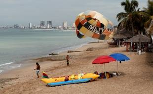 Des touristes sur la plage de Mazatlan, où l'ouragan Willa est attendu ce lundi.