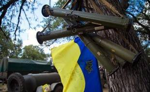 Des lances-grenades et le drapeau ukrainien dans un camp militaire de la région de Donetsk, le 29 août 2014
