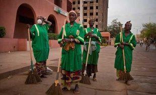 Dans la capitale burkinabé les femmes sont employées dans les brigades vertes pour nettoyer les rues