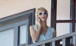 Paris Hilton et son téléphone sur une terrasse.