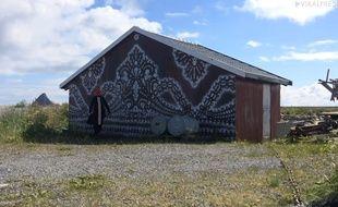 La street-artist NeSpoon créé des tags en dentelle sur des maisons.