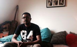Fathi, 35 ans, a dormi un temps sous le métro aérien de la Chapelle. Depuis, il cherche toujours à obtenir son statut de demandeur d'asile.