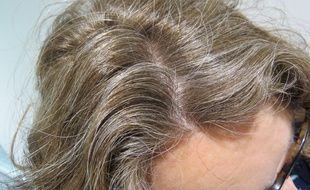 Il y a celles qui traquent les cheveux blancs pour mieux les teindre, et celles qui les assument.