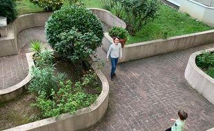 Paris. Benjamin et Izan jouent au football dans la cour de leur immeuble pendant le confinement dû au coronavirus.