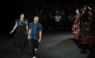 Carol Lim et Humberto Leon saluent les invités du défilé Kenzo x H&M le 20 octobre 2016.