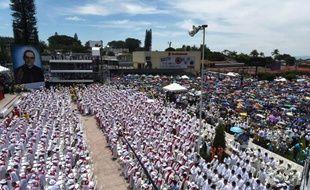 Des catholiques assistent à la messe de béatification de l'archevêque salvadorien Oscar Romero à San Salvador le 23 mai 2015