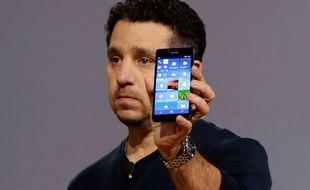 Panos Panay, de Microsoft, présente le Nokia Lumia 950, en octobre 2015.