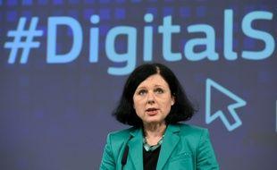 La commissaire européenne à la Justice et aux Consommateurs, Vera Jourova, lors d'une conférence de presse sur le marché unique numérique, à Bruxelles, le 9 décembre 2015